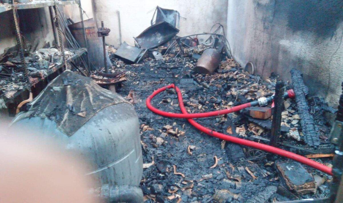 Κάηκε ολοσχερώς αποθήκη στην Καμάρα ( φωτος)